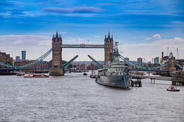 London, England Panoram Blick auf Tower Bridge und Themse bei sonnigem Wetter