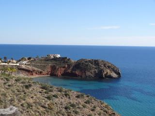 Blick auf das blaue Meer an einem wunderschönen Tag