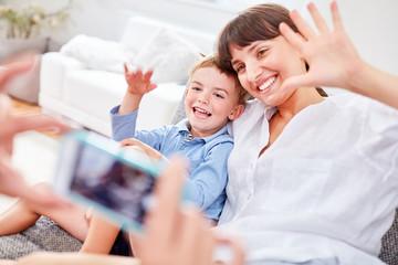 Mutter und Sohn posieren für Schnappschuss