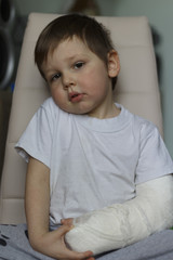 a broken boy's arm