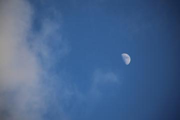 zunehmender Mond mit Wolken am Himmel, Tag