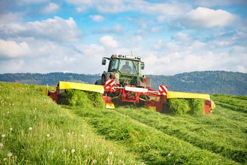 Einsatz moderner Landtechnik bei der Grasmahd für Silage