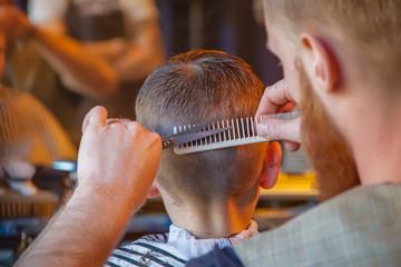 Friseur beim Haare schneiden