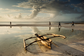 Türaufkleber Sansibar Fishermen going on ocean on traditional fishing boat in Zanzibar with storm clouds at sunrise