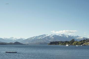 Paisaje montañoso delante de un lago en un día despejado de verano
