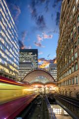 Aluminium Prints Train Station Einfahrender Zug in den Bahnhof von Canary Wharf in London am Abend