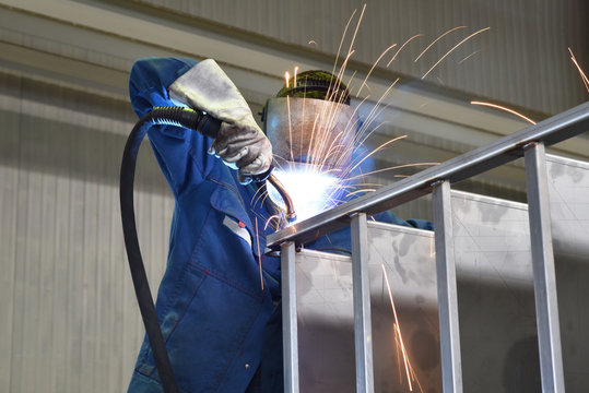 Schweißer arbeitet im Stahlbau // Welder works in steel construction