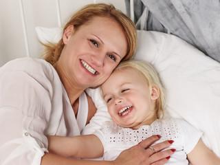 Mutter kuschelt mit ihrem Kind