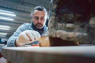 Restaurator im Handwerk arbeitet in seiner Werkstatt