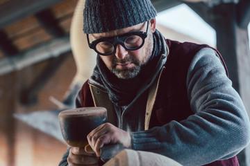 Steinmetz und seine Schutzbrille in seiner Werkstatt