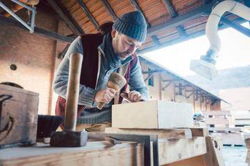 Steinmetz arbeitet im Freien mit allein seinen Werkzeugen