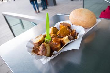 Currywurst Imbiss in deutscher Fußgängerzone