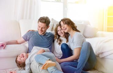 Familie zu hause im wohnzimmer