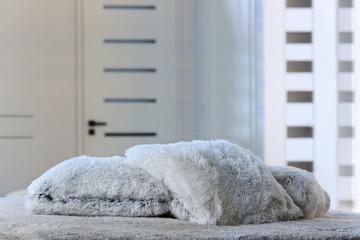 Fototapeta Piękne i miłe w dotyku poduszki na łóżku w sypialni. obraz