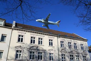 Fluglärm, Flugzeug über Wohnhaus