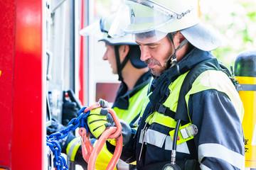 Feuerwehrmänner bereiten sich auf nächsten Notruf vor