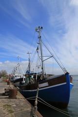 blaues Fischerboot am malerischen Hafen von Vitte auf der Insel Hiddensee, Mecklenburg-Vorpommern
