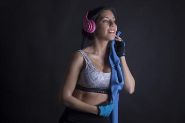 Mujer escuchando musica y haciendo deporte