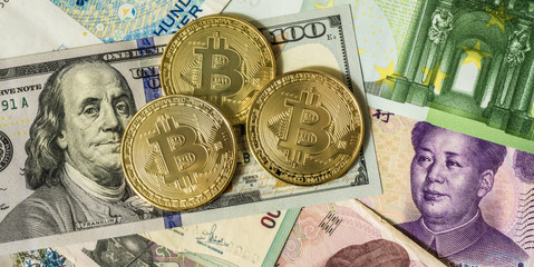 Golden bitcoin over multi currency banknotes dollar, yuan, euro Fototapete