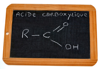 Ardoise sur laquelle est écrit la formule de l'acide carboxylique