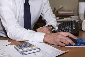 Oficinista trabajando con el ordenador.