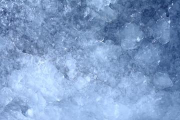 Красивая текстура замерзшей воды глубокого синего цвета