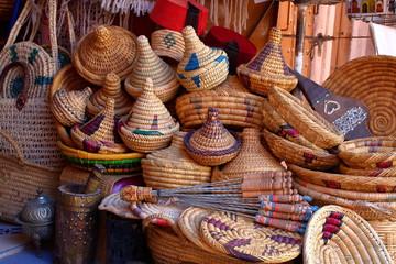 Rękodzieło na arabskim targu ulicznym, z wikliny, misy ze spiczastymi pokrywkami, misy, tradycyjne nakrycia głowy