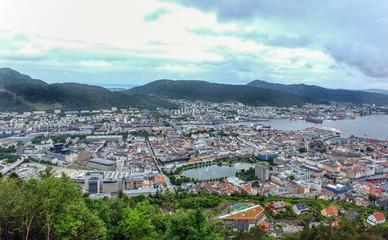 Panorama Blick auf die Stadt Bergen in Norwegen bei typisch grauem Himmel