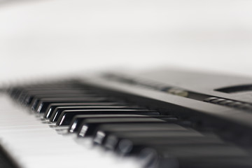 Zbliżenie na klawisze organów elektrycznych. Niesamowity bokeh .