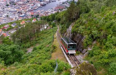Die berühmte Seilbahn Fløibane in der Stadt Bergen in Norwegen von oben - Touristenattraktion