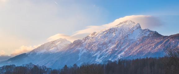 Beschneite Berge in den Alpen, Sonnenuntergang, Panorama