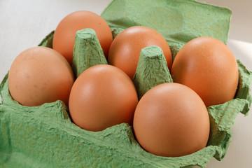 Oeufs de poule dans boite à œufs en carton