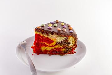 fetta di torta variegata fatta artigianalmente