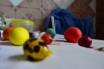 Яйца после покраски к Пасхе сохну на бумаге