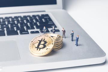 ビットコインを見る人々