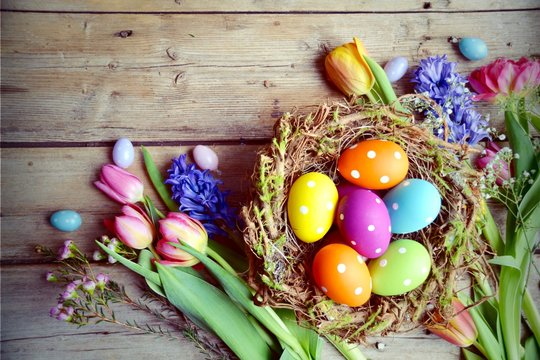 Ostern - Nest mit Eiern auf Holz - Vintage