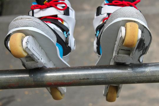 Rollerblades Inlineskates auf Rail Stange Geländer Grind Sliden
