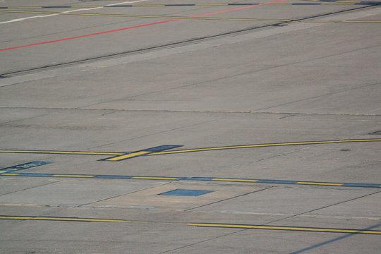 Flughafen Zeichen Linien auf dem Rollfeld Rollbahn Spuren