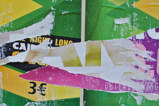Abgerissene Plakate Plakatwand Verschinden der Schrift Typografie verwittert Collage Plakatreste Decollage