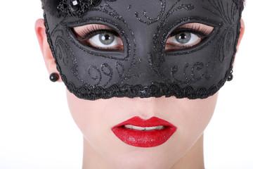 Hübsche junge Frau blickt sinnlich mit Maske