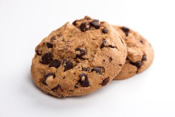 zwei Cookies vor weißem Hintergrund