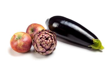 Aubergine, Äpfel und Artischocke
