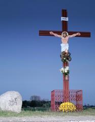 krzyż na tle wieczornego nieba