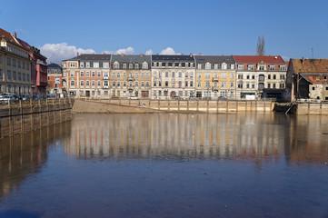 Spiegelung Wohnhäuser im Grundwasser einer Baugrube