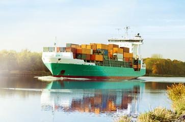 Nord-Ostsee-Kanal in Schleswig-Holstein, Containerschiff fährt in Richtung Kiel im herbstlichen Morgennebel