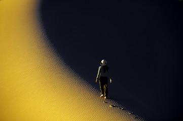 Gratwanderung in den Sanddünen der Wüste Gobi, Mongolei