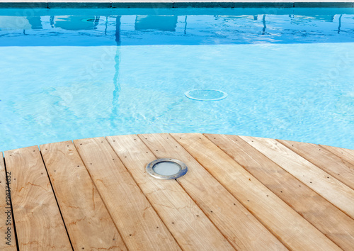piscine avec plage en bois brut et spot d 39 clairage int gr photo libre de droits sur la. Black Bedroom Furniture Sets. Home Design Ideas
