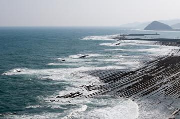 日南海岸の白い波と水平線