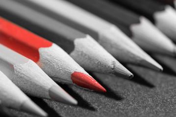 Makro Buntstifte auf grauer Schiefertafel rot