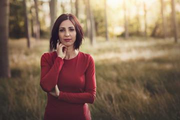mujer pensativa en el bosque